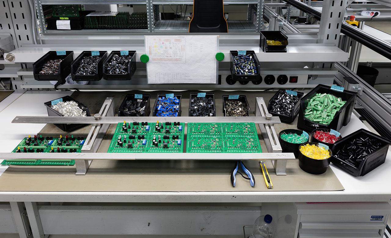 Modern THT assembly workstation