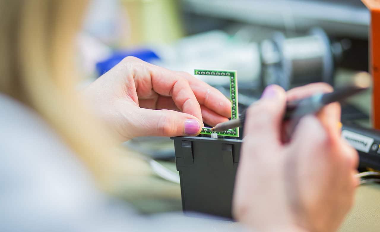 EMS Systemtechnik montáž a pájení desek plošných spojů